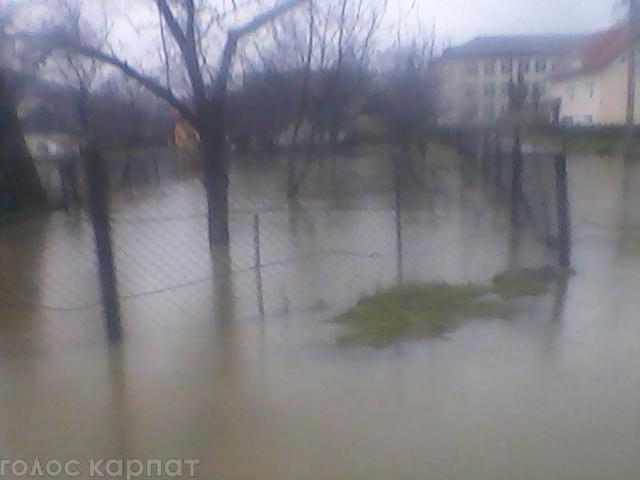 Із закарпатського села через паводок евакуювали дітей (ФОТО)