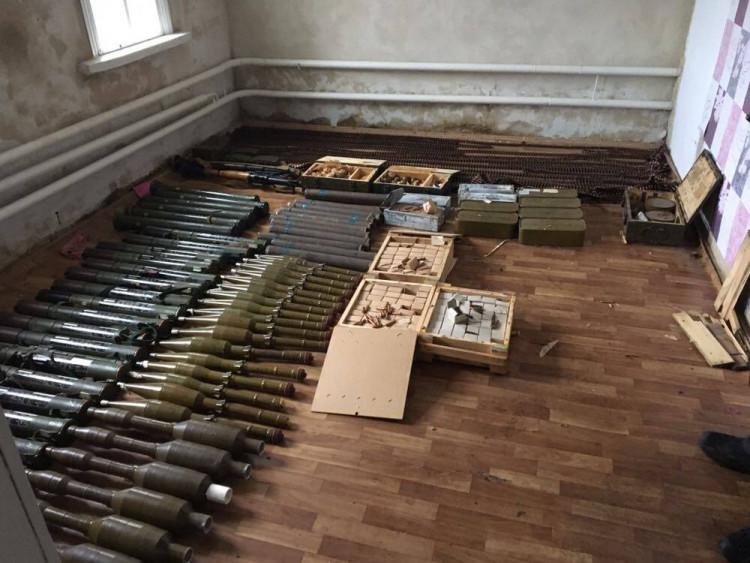 ВЛуганской области вдоме 55-летней женщины изъяли арсенал оружия