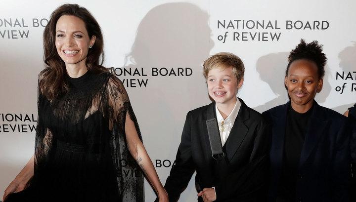 Анджелина Джоли вбелом одеяние  сперьями произвела фурор