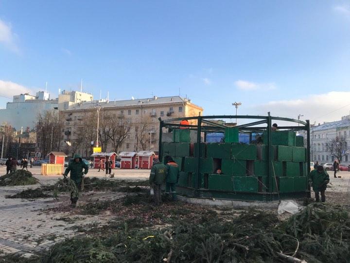 ВКиеве демонтируют новогоднюю елку— Праздники закончились
