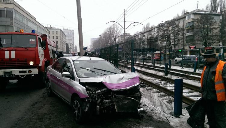 ДТП вКиеве: два авто приземлились вверх дном нарельсы