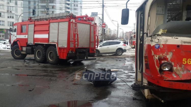 УКиєві трамвай зіткнувся звантажівкою та зійшов із рейок