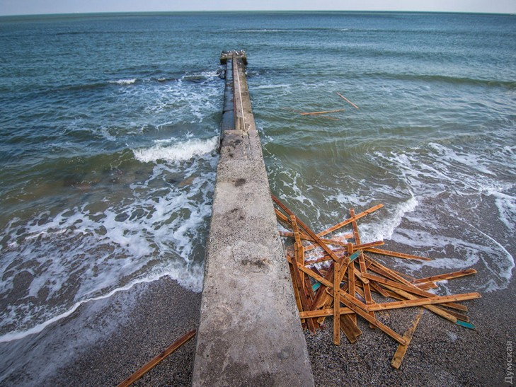 Шторм змив декілька пляжів вОдесі