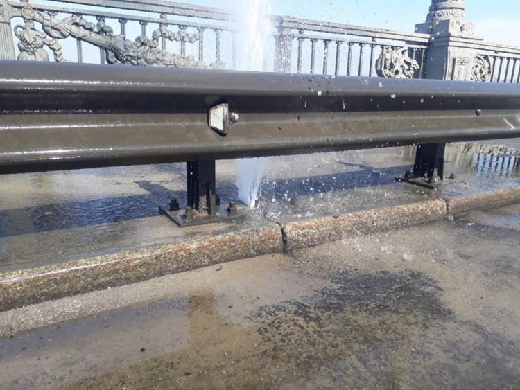 Пошкодили «новенький» тротуар: УКиєві обмежили рух мостом Патона