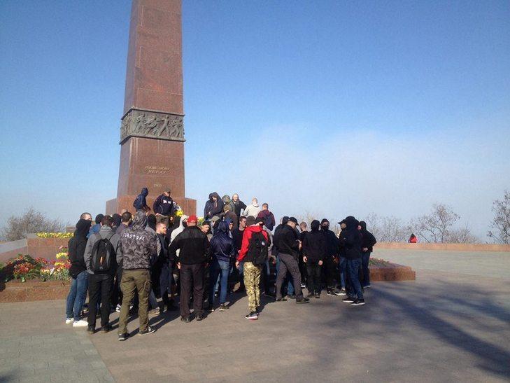 Вгосударстве Украина радикалы жгли георгиевские ленты, аветераны пели «Катюшу» под гимн