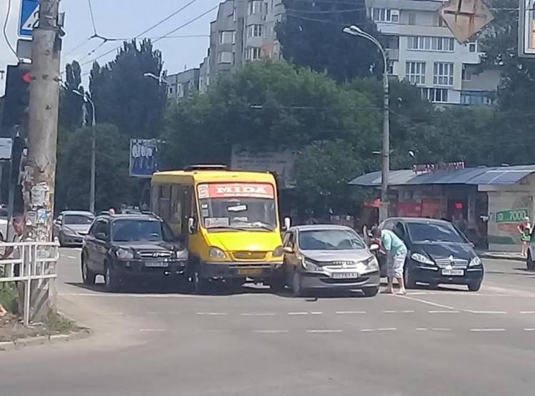 На Таврическом в маршрутку №9 врезались 2 иномарки