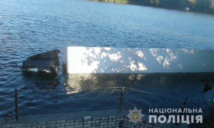 На Херсонщине водитель грузовика с почтой заснул и слетел в реку (ФОТО)