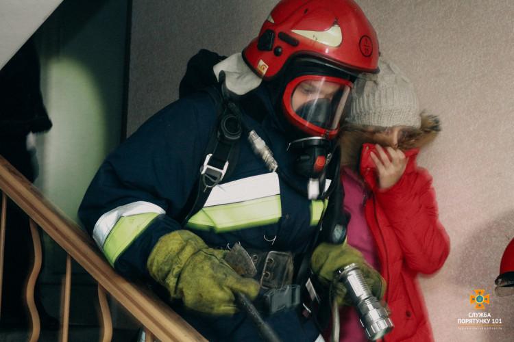 Прикарпатські надзвичайники урятували на пожежі людину